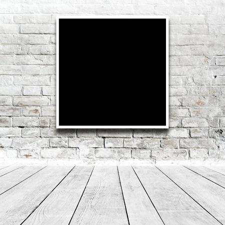 art gallery: Dipinto Piazza appeso sulla parete bianca galleria d'arte. Archivio Fotografico