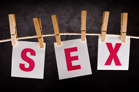 educacion sexual: Sexo Word en notas papel colgando de una cuerda con ganchos de ropa adjunta. Concepto de educación sexual.