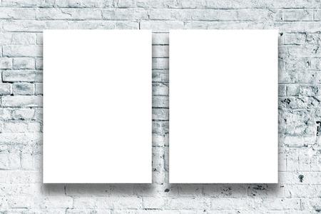 art gallery: Dipinti in bianco appesi al muro galleria d'arte