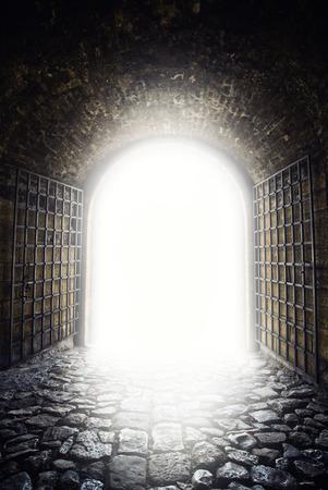 빛을 종료합니다. 희망 metphor로 터널의 끝에서 빛입니다. 이전 아치 문 개방. 스톡 콘텐츠