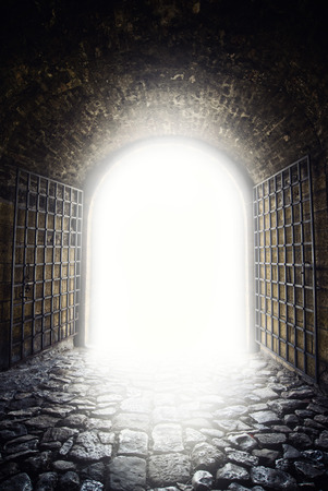 d�livrance: Sortie � la lumi�re. La lumi�re au bout du tunnel que l'espoir metphor. Vieille porte en arc ouverture.