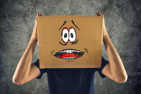hombre asustado: Hombre con la caja de cart�n en la cabeza y aterrorizada mirada skethed. aterrorizada; congelados; hombre asustado.