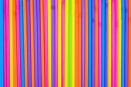 rainbow cocktail: Pajas de beber como colores de fondo abstracto sin fisuras. Los tubos de pl�stico utilizados para el consumo de bebidas diferentes, jugos, bebidas alcoh�licas y c�cteles.