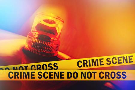 犯罪シーンはないクロス イエロー鉢巻きテープとオレンジ色の点滅、回転光犯罪シーン警察リボン 写真素材