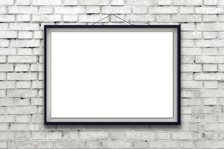 horizontální: Prázdný horizontální malba plakát v černém rámečku visí na bílém cihlové zdi. Malba proporce odpovídají mezinárodnímu velikost papíru A.