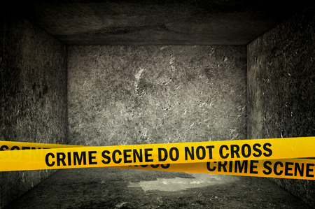Crime Scene Do Not Cross Yellow hoofdband Tape in donkere betonnen interieur. Crime Scene Lint Politie.