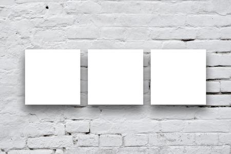art gallery: Tre Poster Piazza appese al muro bianco galleria d'arte.