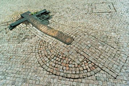 memorial cross: Jan Palach Memorial en la acera pública en Praga en frente del Museo Nacional de Reublic Checa Foto de archivo