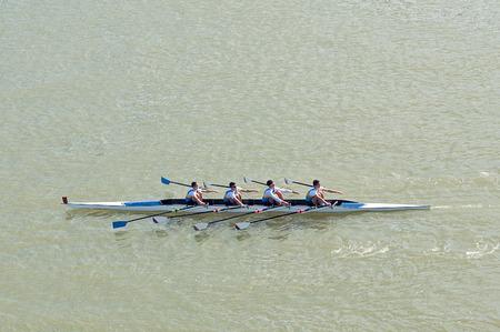 Novi Sad, Servië - 18 oktober 2014: Vier mannen roeien op rivier de Donau in Novi Sad op traditionele afstandsbediening regatta competitie. Stockfoto - 32682603