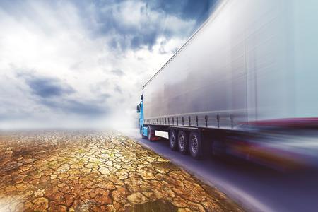 ciężarówka: Przyspieszenie Transport Ciężarówka jazdy na drodze przez pustynię.