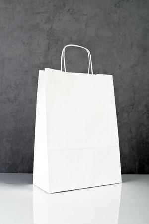 compras compulsivas: Bolsa de compras Libro Blanco sobre la tabla de madera de Retail Store.