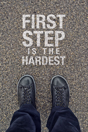 first step: Erster Schritt ist der schwierigste, Motivation Nachricht auf Stra�enpflaster. Lizenzfreie Bilder