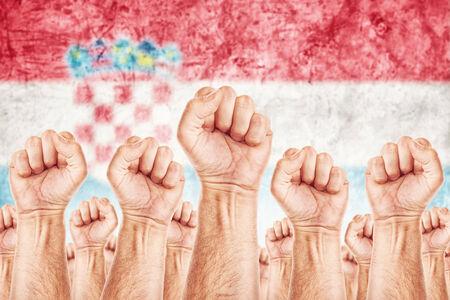 adentro y afuera: Movimiento Croacia Trabajo, sindicato de trabajadores concepto huelga con los pu�os masculinos planteadas en los combates de aire por sus derechos, bandera nacional croata en fondo fuera de foco.