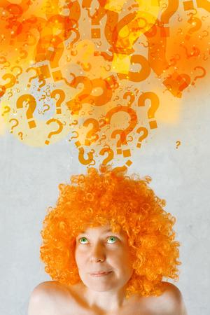 eyes green: Hermosa mujer joven con peluca naranja y ojos pensamiento verde, cuestionando y buscando respuestas.