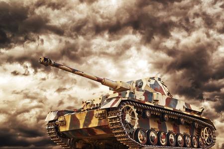 wojenne: Niemiecki czołg w akcji z ciemne burzowe chmury w tle, koncepcja wojny i konfliktów.