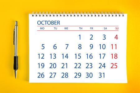 cronograma: Papel octubre Calendario de la página con espiral vinculante como Gestión del Tiempo y Horario Concept. Foto de archivo
