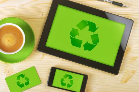 reciclar: Tablet PC, tel�fono m�vil y tarjeta de visita para el Reciclaje de empresa con el fondo verde