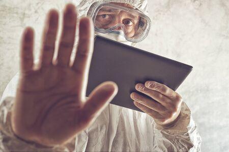 virus informatico: Química Científico Holding digital Tablet PC y Gesticular muestra de la parada