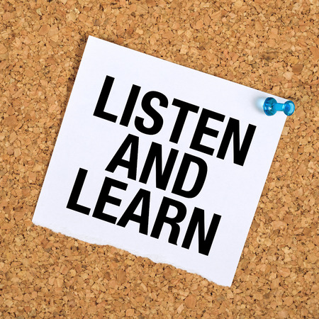 cork board: Listen And Learn Reminder Note on Cork Bulletin Board. Stock Photo