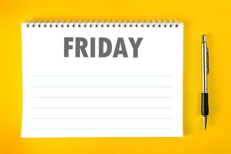 金曜日紙のカレンダー空白の時間管理とスケジュール コンセプトとしてスパイラル綴じのページ。