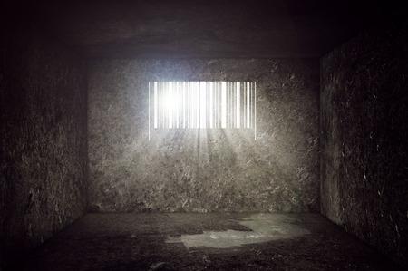 carcel: Compulsivo consumismo Concept, Vac�o celda de prisi�n de hormig�n con ventanas en forma de c�digo de barras. Los rayos del sol y la flama del sol a trav�s de los barrotes de la prisi�n. Foto de archivo