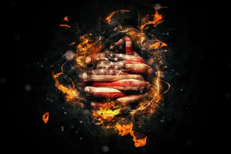 Americana religiosa está orando con las manos cruzadas y EE.UU. bandera pintadas en los dedos.