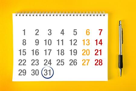 meses del año: Fin de mes, Papel Calendario de la página con espiral encuadernación con trazo alrededor del último día del mes. Foto de archivo