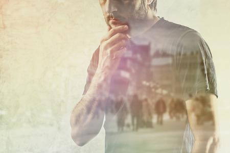 Konzeptionelle Composite-Technik der Erwachsenen Lonely Man erinnerte sich an etwas aus seiner Vergangenheit, Hand am Kinn. Standard-Bild - 36623815