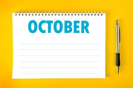 calendario octubre: Octubre del calendario del papel en blanco la página con espiral vinculante como Gestión del Tiempo y Horario Concept.