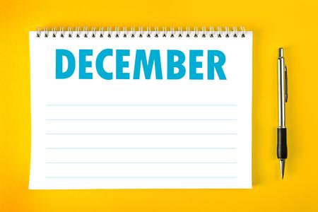 calendario diciembre: Calendario de diciembre de papel en blanco la página con espiral vinculante como gestión del tiempo y horario Concept.
