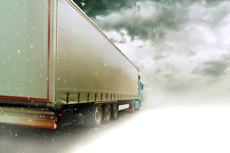 雪の冬景色を道路上の運転スピード違反の運搬台車
