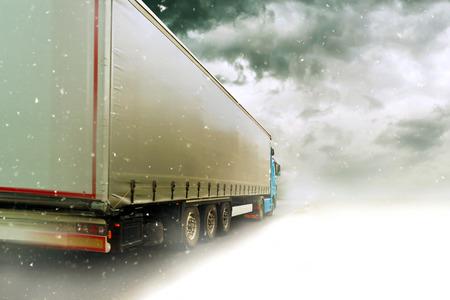 Snelheidsovertredingen Transport Vrachtwagen rijden op de weg door de sneeuw Winter Scenery Stockfoto