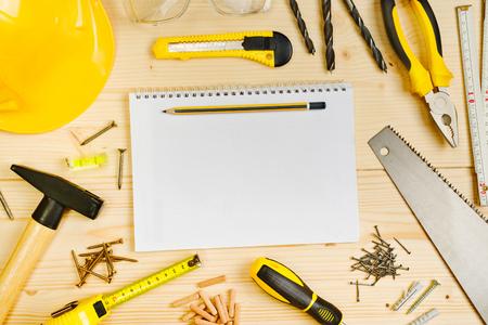 herramientas de carpinteria: Planificaci�n de un proyecto en Carpinter�a y Ebanister�a Industria, port�tiles y surtidos para trabajar la madera y la carpinter�a Herramientas en Pinewood Tabla taller.