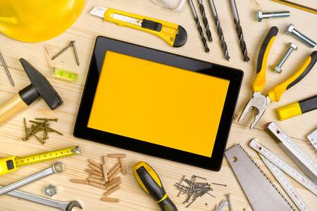 werkzeug: Tablet PC und Assorted Holzarbeiten und Zimmermannswerkzeuge auf Pinewood Werkstatt-Tisch