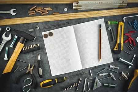 Geassorteerde Doe Het Zelf DIY Tools en blanco pagina Notebook als Copy Ruimte voor Home Improvement Project Planning of enige andere Workshop Message. Stockfoto