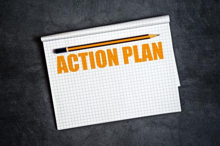 plan de accion: Espacio Plan de Acción de la copia con el lápiz y el Bloc de notas de página en blanco para el texto. Foto de archivo
