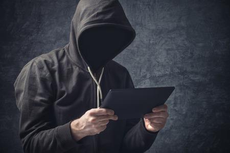디지털 태블릿 컴퓨터 인터넷 브라우징과 익명의 알 수없는 인식 할 수없는 익명의 남자.