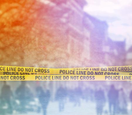 escena del crimen: Tape l�nea de polic�a no cruza diadema amarilla, Escena del crimen en la calle Foto de archivo