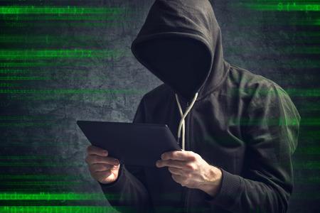 red informatica: Hombre irreconocible desconocido sin rostro an�nimo con la tablilla digital browsing internet. Foto de archivo