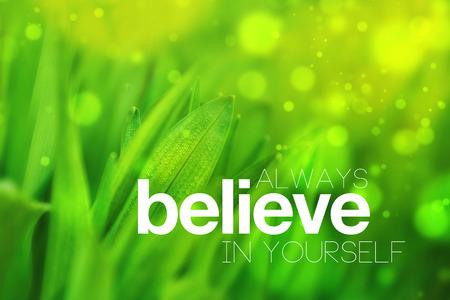 常に信じている自分動機づけ概念イメージ、ヴィンテージ レトロ Instagram のようなフィルター トーン画像ぼやけて春の緑背景上の引用 写真素材