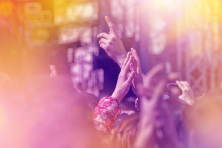 音楽バンド ライブ オープン アリーナのステージで演奏のコンサートの拍手のファン、セレクティブ フォーカス トーン Sunflares のイメージ。