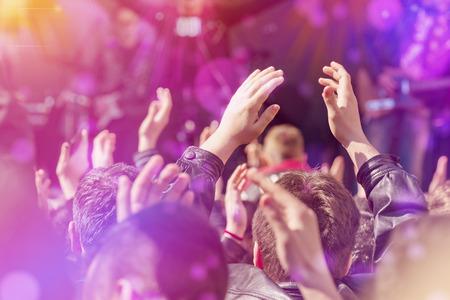concierto de rock: Los aficionados Aplauden La Música Banda para Live Realización de un concierto en el escenario en el Abierto de Arena, Enfoque Imagen virada con sunflares. Foto de archivo