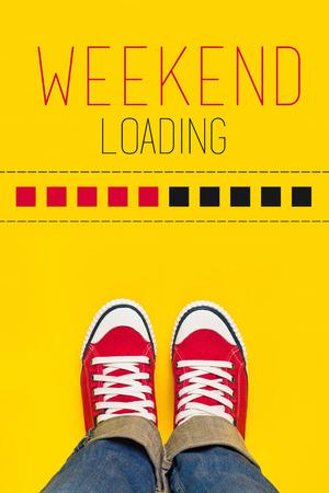 주말을 위해 wainting을로드 진행률 표시 줄의 앞에 위에 서에서 빨간 운동화를 착용하는 젊은 사람과 주말 컨텐츠로드, 스톡 콘텐츠