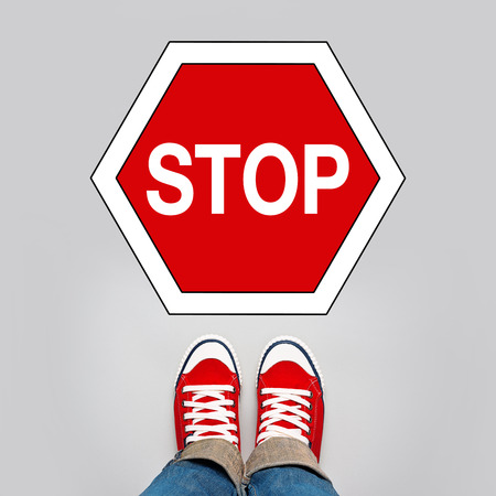 no pase: Detener Concept, joven adolescente Persona en Red zapatillas de pie delante de la parada Señal de tráfico Foto de archivo