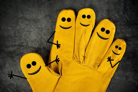 옐로우 가죽 보호 건설 산업 작업용 장갑의 손가락에 웃는 웃음 다섯 개 스톡 콘텐츠