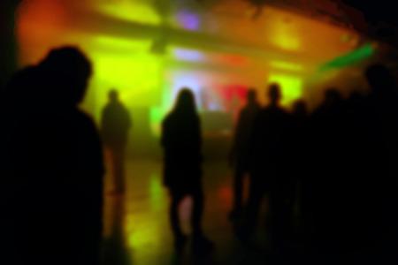 musica electronica: Desenfoque Desenfocado Siluetas de los J�venes en Concierto DJ, aficionados viendo DJ de m�sica electr�nica actuando en el escenario.