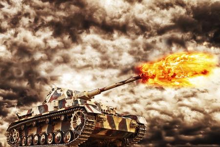 tanque de guerra: El tanque militar disparando con oscuras nubes de tormenta en el fondo, el concepto de la guerra y el conflicto.