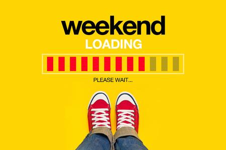juventud: Fin de semana Carga de contenido con la Persona Joven vestida de rojo Zapatillas de lo Alto de pie delante de Carga Barra de progreso, esperando el final de la semana, Top View