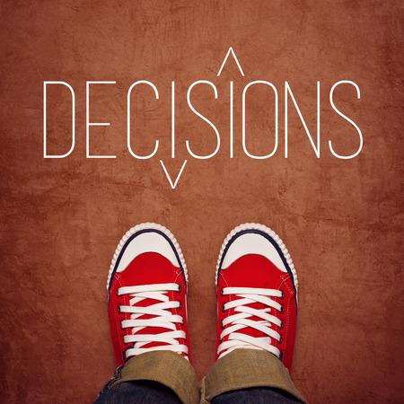 toma de decision: Decisi�n de la Juventud Hacer Concept, Pies en Red Sneakers desde Arriba Permanente en la Zona con decisons T�tulo Impreso, vista superior Foto de archivo
