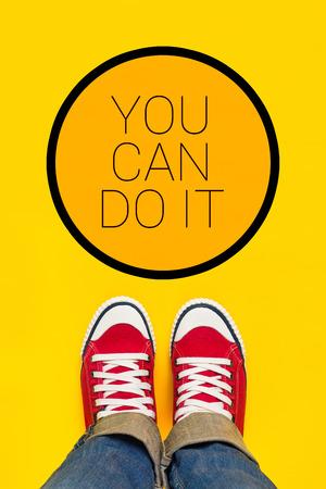 you can: Usted puede hacerlo mensaje de motivación, adolescente Persona en rojo zapatillas de pie delante de la muestra inspirada, Top View